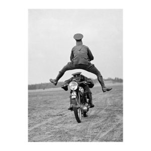 Jump over motor postkaart